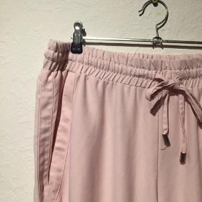 Lyserøde tracksuit bukser. Matchende jakke kommer snart til salg