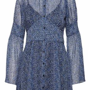 Ny flot 2nd Day kjole/tunika. Sælges da den ikke passer mig.   Der er fulgt en forkert underkjole med, den er derfor i str. 40 - men dette har ingen betydning.  100% Polyester  Ny pris: 1.500,-