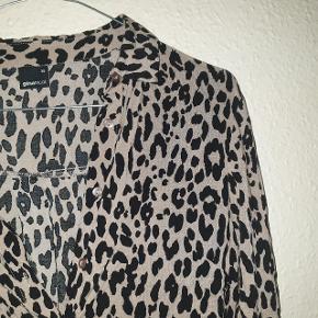 Smukkeste skjorte fra Gina Tricot, næsten som ny.
