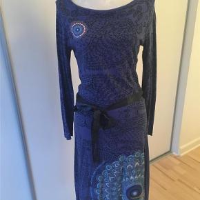 Varetype: Flot langærmet kjole fra Desigual. Farve: Blå  Flot blå langærmet kjole fra Desigual med flot detalje i ryggen. Brugt max 5 gange.