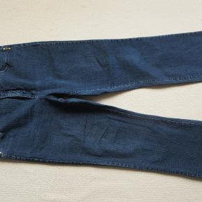 Jeans DNY Copenhagen str 48 fint broderi på baglommerne og forreste højre lomme, bæltestropper, jeans med masser af stræk, virkelig god kvalitet vasket 1 gang. Nypris kr 700