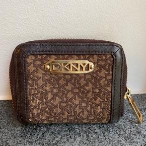 DKNY mønt/kort pung, købt i Neye.   Obs. Der kan være 6 kort i el deromkring.