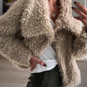 Oversize bamsejakke fra Zara str XS.  Brugt 1 gang  Mindstepris 80kr