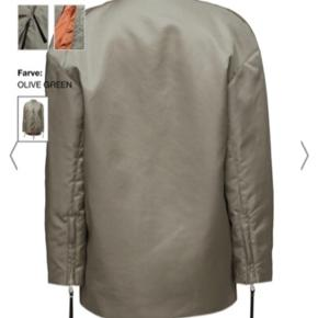 Won hundred jakke  Størrelse 38/M (kan også bruges af mænd) De sorte dimser på lynlåsene er klippet af  Brugt få gange