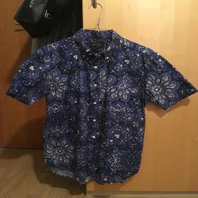 Fed kortærmet skjorte fra japanske Beams. Det er en størrelse M, men grundet den er japansk, så fitter den lidt mindre. Skjorten er brugt ét par gange og er vasket ligeledes, så meget lidt af farven er ved at gå af ved kraven, men ikke noget synligt.   Skulle der være anledning til spørgsmål, så tøv endelig ikke med at sende mig en besked. Jeg er ved at rydde ud i klædeskabet, så tjek gerne mine andre annoncer ud, som bl.a. inkluderer mærker såsom Acne Studios, Supreme mm.