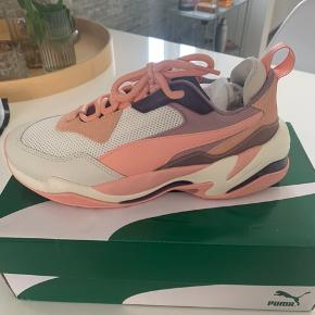Sælger mine populære Puma sneakers da de desværre ikke passer min fod. Sælges da tilbageforsendelses fristen er udløbet.  Kvittering haves. Slået op på flere sider.