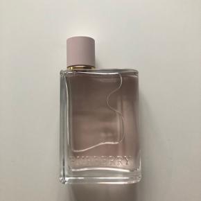 """Sælger min Burberry """"Her"""" eau de parfume 50 ml., da jeg ikke får den brugt. Den er brugt meget få gange, så den fremstår som ny!   Køber betaler fragt ❤️"""