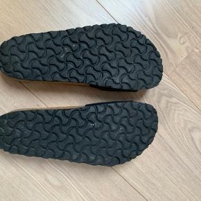 Sandaler fra Birkenstock. Har 2 små huller i den ene sandal. Se billeder. Derfor pris sat derefter 😁