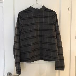 Cool sweater/bluse fra Designers Remix i 50% uld 50% polyester. Har købt den af en anden, får den bare ikke brugt, men standen er helt perfekt 🌚 Kan afhentes på Østerbro eller sendes med DAO mod betaling   #30dayssellout
