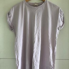 H&M T-shirt i rosa - str. 34 (en small kan sagtens passe, da den er oversized!)