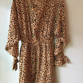 mini leopard kjole fra baum und pferdgarten med dyb åben ryg 100% Viscose  modellen hedder amiley den er foret og har flæser på ærmerne. der er elastik i taljen. flagermus ærmer længde 89 talje 33,5 ( uden elastikken er strukket) jeg tager ikke billeder med tøjet på   sender med dao - ingen bytte - afhentning eller retur