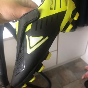 Fine fodboldstøvler i str 30. Kan bruges af begge køn.