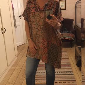 flot flerfarvet tunika fra Zata Woman str. medium. Næsten ikke brugt. LÆngde 86cm, 100% viscose. 100kr Kan hentes Kbh V eller sendes for 40kr DAO