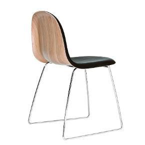 Varetype: 3D spisestol læder / gubi 12Størrelse: Se tekst Farve: Sort Oprindelig købspris: 5800 kr.  Afhentes Kbh V   GUBI 12 Chair - forsidepolstret m. læder  Designer: Komplot Design for GUBI.  Fakta: GUBI Chair er designet til anvendelse i en lang række forskellige situationer fra møderum, konferencesale, kantiner, restaurenter og nu også som spisebordstol i de private hjem.   Stolen er stabelbar.  Læder: Stolen forsidepolstres med sort kvalitets læder.    Skallen: eg eller valnød finér.  Stel: Krom   Størrelse: H: 81 cm. B: 56 cm. D: 55 cm. Sædehøjde: 47 cm.