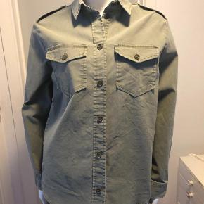Varetype: Langærmet Farve: Armygrøn  Fin skjorte som er brugt få gange.