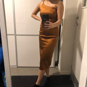 Smuk kjole købt på Asos - kun brugt 1 gang til galla Str: 34