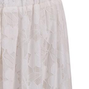 Fin Stina nederdel fra Baum und Pherdgarten . I flot stand uden huller , pletter , fnuller eller lign . Nypris : 1600 dkr. Farve : egret ( creme hvid) . Materiale : 92% acrylic og 8% elastane . Str er klippet ud, men er selve en 36-38 og passer den. Har elastik i taljen! Taljemål : 37 cm på tværs når elastikken ikke er strakt. Længde : 78 cm ( målt midt på)  Se også alle mine andre annoncer!   Søgeord: nederdel midi blonde blonder fest hverdag creme skirt midinederdel midiskirt