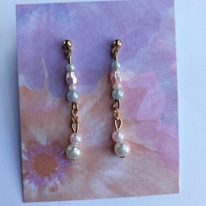 Håndlavet øreringe med forskellige perler  Kan købes enkeltvis eller i sæt, forskellige længder er mulig.  Dem på billedet måler 3,5 cm.   20kr pr ørering 🌻