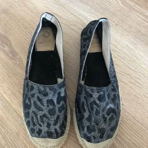 Espadrilles fra Vidorreta Sort leopard print med sølv grå glimmer. Brugt få gange.