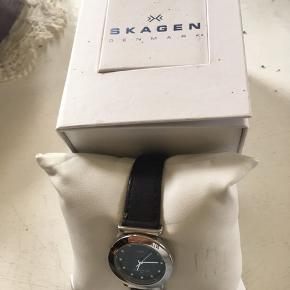 Dette smukke Skagens armbåndsur , har kun været prøvet på, sælges billigt, da batteriet skal skiftes. Køber betaler Porto
