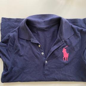 Mørke blå polo t-shirt. Ser lidt forvasket ud på billede, er den ikke. Brugt få gange.