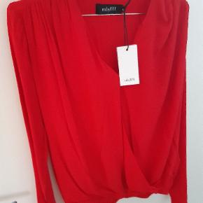 Smukkeste postkasse røde bluse fra mbym. Ny og ubrugt med tag.