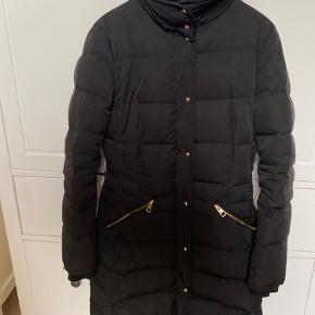 Sælger denne jakke fra Zara. Brugt en vinter og fremstår derfor som næsten ny