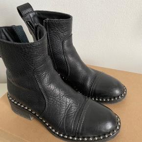 Super flotte zadig&voltaire støvler. Kun brugt få gange! Perfekt til forår, efterår og vinter kan de også benyttes til. Skoene er super flotte og har ingen slidtegn, alle nitter er der og lynlåsen virker. Æske og dustbag medfølger