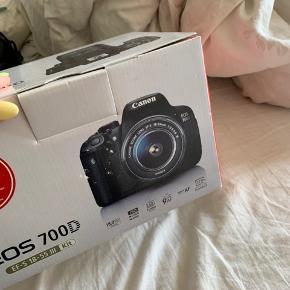 En lille skramme på linsen, ses på billede 3, dette har ingen effekt på billederne kameraet tager.  Kvittering haves og alt følger med  CANON EOS 700D