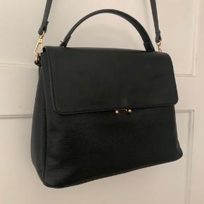 Fin og rummelig taske!  Velholdt - stort set ikke brugt. Desværre.  Køber betaler fragt