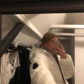 Sælger min sprit nye moncler jakke, da jeg har fået en anden vinterjakke istedet. Jeg har lige fået den ind af døren og den er derfor ikke brugt. Alt medfølger også. Np var 7500kr, kom med realistiske bud.