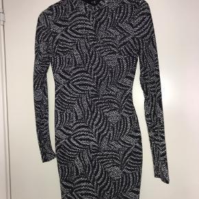 Glimmer kjole fra butikken soda. Der står ikke størrelse i, men det svarer til en S.  Kun brugt en enkel gang til nytår, så den fremstår som helt ny☺️  BYD