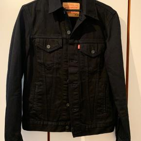 Lækker klassisk Levi's jakke i sort!  Aldrig blevet brugt da min kæreste desværre ikke kan passe den, så trænger til en ejer som sætter pris på den!  Nypris 999kr  Byd gerne!