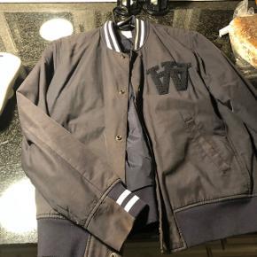 Wood Wood jakke, mega fed den er godt brugt men ingen flaws overhovedet! Navy blå men er lidt faded men gør den også fed, virkelig lækker jakke Størrelse large  Nypris 2200