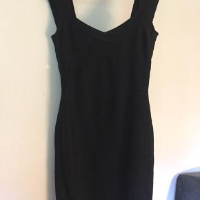 Smuk aftenkjole - sort med glimmer i str. 40 ✨ Den sidder super pænt og giver virkelig timeglasfigur. Perfekt til en aften i byen. Jeg er 172 cm. høj og den går mig ca. til en knytnæves længde over knæet.