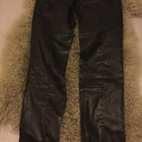 Lækre sorte jeans med shine fra DAY  str. S/36, blød kvalitet med stræk i, lynlås effekt forneden, brugt 1-2 gange fejler intet. Nypris 1100 kr.  Pris 150 kr + porto