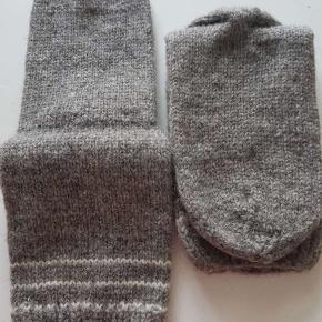 Unisex hjemmestrømper, strikket i naturuld.   Str 36- 46 fast pris. Spørg efter str så sender jeg billeder af hvad der er tilbage :-) Pris fra 99,-   #zerowaste