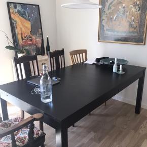 Spisebord fra Ikea - jeg har selv købt bordet brugt, så ridser og slid i lakken forekommer.  Bordets højde er 75 og længde er 175 uden tillægsplader  - med tillægsplader ( 2 stk) er bordet 210.   Bordet skal afhentes - BYD!!