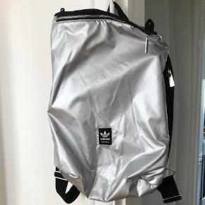 ADIDAS -Super fed Adidas rygsæk / sportstaske eller evt. Skoletaske. Aldrig brugt. Det let krølle street look er den født med. Måler 50x40cm  Bytter ikke, men sender gerne. Prisen er fast med mindre du ønsker at købe flere af mine ting.