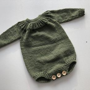 Skøn body handmade i blød babyuld  Str 6/9 mdr