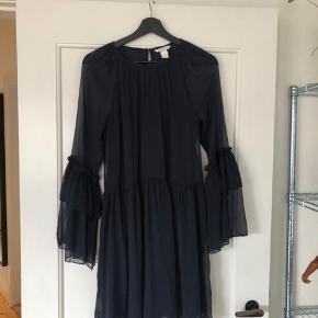 Kjole med puf ærmer i mørkeblå   Brugt en gang  Køber betaler fragt eller det kan afhentes i Århus