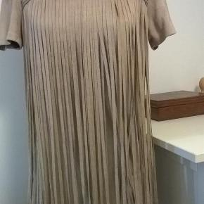 Super smuk og meget speciel kjole med lange frynser. Brugt en enkelt gang.  Kjole Farve: Beige