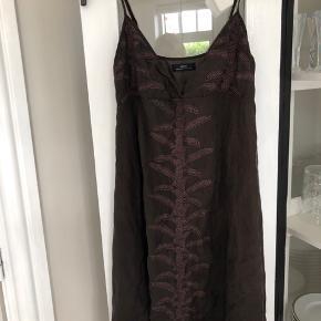 Har været vasket tre gange. Super fin.  100% silke.