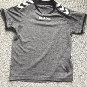 Hummel T-shirt str 134 Næsten som ny  Mørkegrå  Fra røgfrit og dyrefrit hjem