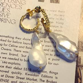 Smykker ørestikker med aflange barok perler.  Pris pr par 300.-  Kan laves i sølv også.  Barok perler er lavet af naturen og derfor er ingen perle helt ens. Men når man købe dem som par finder jeg altid to der passer sammen.