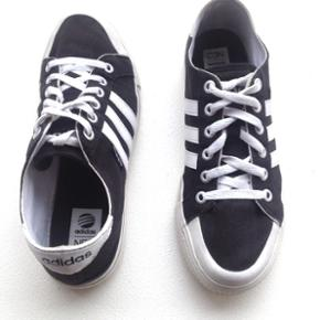 Adidas sneakers (mandemodel), str. 42 2/3.  Brugt få gange og derfor i god stand.   Stadig til salg