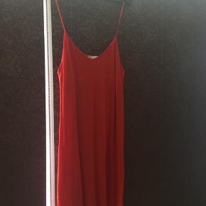 """Jeg sælger denne flotte, røde sommerkjole fra H&M, størrelsen er en M, jeg har kun brugt den 1 gang, derfor er standen altså mellem """"næsten som ny"""" og """"aldrig brugt"""", der er ingen brugsspor! Kjolen har det fineste, afslappede fald, med en diskret V-udskæring, virkelig en perfekt, klassisk sommerkjole. 😊   Alt afhængig af hvordan man lige ønsker den skal sidde, vil en str S/36 også kunne passe den, så er den nok bare lidt mere """"oversize"""" i det.   Nyprisen var omkring de 179-200 kr.   Hvis den skal sendes, betaler køber fragt.  Mvh Betina Thy"""