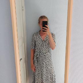 """Super fin kjole, som jeg har købt her på Trendsales, men sælger videre, da jeg ikke får brugt den.  Passes af XS/S.  Kjolen var sat som """"næsten som ny"""" af sælger, men som det kan ses på billede 3, er der nogle små sorte mærker på ryggen (omkring lænden). Jeg har ikke forsøgt at fjerne dem. Derfor har jeg sat den som """"god men brugt"""", selvom jeg ikke selv har brugt kjolen.   Kom gerne med bud."""