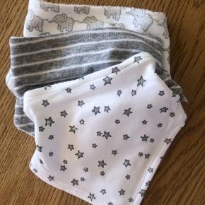 Sødt baby sæt - aldrig brugt med prismærker - sparkedragt med knapper og fødder - lille hue med knude og tre x hagesmæk str 3-6 mdr - normalt i størrelsen
