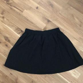 Kort, højtaljet nederdel.